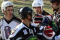 Nedělní souboj Rigumu Hodonín (v bílém) a Třince nabídl bojovný hokejbal i několik drobných šarvátek. Třinec nakonec na Slovácku zvítězil 3:2.