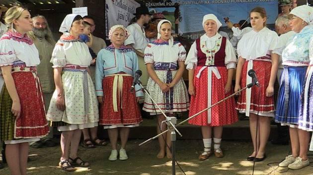 V době, kdy zpívaly ženy z Malé Vrbky při jubilejním Horňáckém kosení, neměly ještě název sboru.