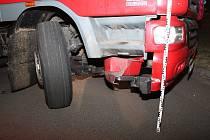 Řidič se vydal kamionem na benzinku pro cigarety. Opilý ale v Hodoníně boural.