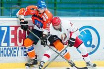 Hodonínští hokejisté (v oranžovomodrých dresech) v odvetě podlehli běloruské dvacítce 2:4.