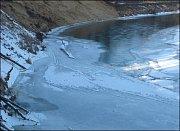 Pod Osypaným břehem i v tuhé zimě střídavě ledy ustupují a znovu přibývají.