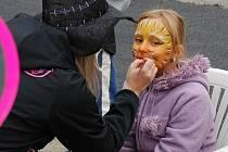 Na zámeckém nádvoří děti soutěžily i instalovaly dýně.