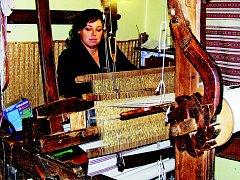 Hana Buchtelová z Malé Vrbky se živí ručním tkaním.