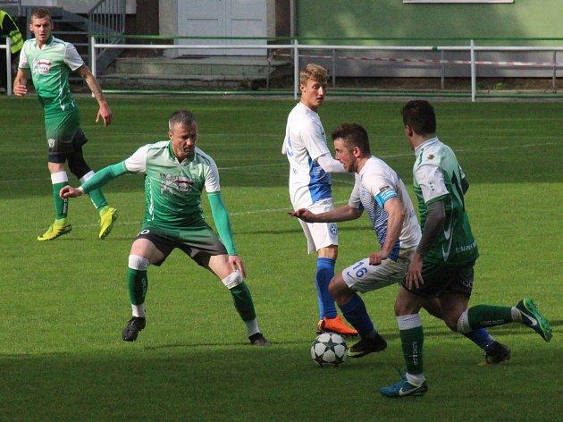 Fotbalisté Bzence (v zelených dresech) doma v dohrávce 16. kola divize D převálcovali Polnou 8:2.