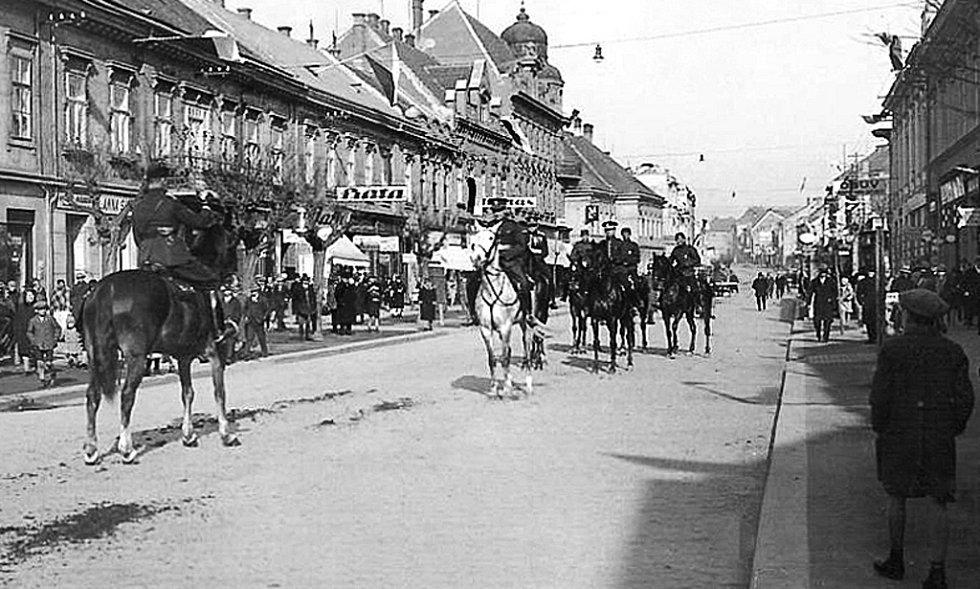 Jízda 7. pluku na tehdejší ulici Dra. Fr. Hessa.