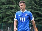 Fotbalisté Hodonína (v červených dresech) zdolali ve 2. kole MOL Cupu Vítkovice 1:0. Pohárový duel, který sledovalo 650 diváků, ve 32. minutě rozhodl domácí obránce Tomáš Mareš.