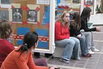 Studenti hodonínského gymnázia připravili k příležitosti konce roku výstavu Historické osmičky.