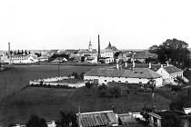 Pohled od tabákové továrny přes Lesní správu a Švejčárnu k městu.