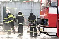 Několik jednotek hasičů zasahovalo v areálu bioplynové stanice v Kozojídkách, kde dírou v jedné z nádrží unikla kejda. Dostala se opět do řeky Veličky, podobně jako při předchozí havárii letos v září.