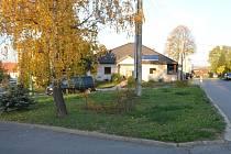 Současný vzhled prostranství za skoronským kostelem u hlavní silnice na Milotice.