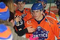 Hodonínští hokejisté (v oranžových dresech) přestříleli v posledním zápase letošního roku Kopřivnici 6:4 a v tabulce druhé ligy se posunuli před Šumperk na třetí místo.