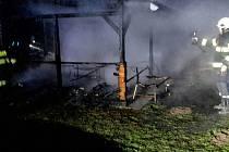 V pondělí po osmé hodině večer vzplál přístavek na zahradě v katastru obce Dubňany. Hořelo v ulici Palackého. K uhašení požáru nasadili hasiči dva vodní proudy. Vše se obešlo bez zranění. Škodu vyšetřovatel vyčíslil na sto tisíc korun.