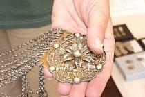 Šperky jako součást kroje představuje výstava, která na letní měsíce zaplnila zámeček Masarykova muzea.