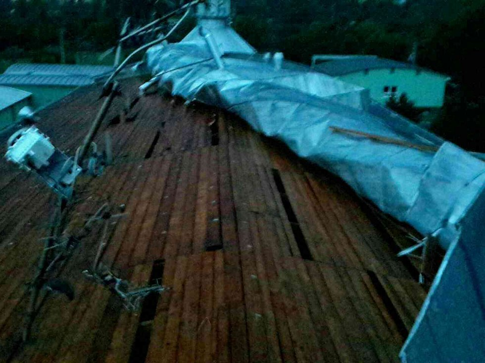V souvislosti se silným větrem a bouřkami vyjížděli jihomoravští hasiči k sedmadvaceti událostem. Ve Vyškově utrhl silný vítr část plechové střechy.