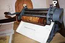 Pekař Padalík ze Ždánic dělal klasické solené tyčinky. Na tomto stroji krájel těsto.