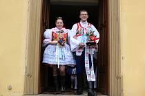 Sedmadvacetiletá Barbora Chvátalová z Ratíškovic a dvaačtyřicetiletý rodilý Brňák Leonard Walletzký se vzali v kapli na Svatém Antonínku. Rozhodli se ctít tradice, proto se úřed oltář postavili v krojích.