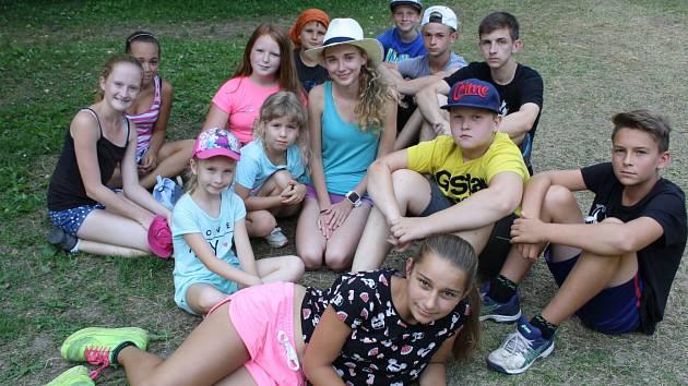 Téměř stovka dětí se sjela na tábor do Mlýnků u Radějova. Mají dva týdny na to, aby doputovaly až k pokladu.