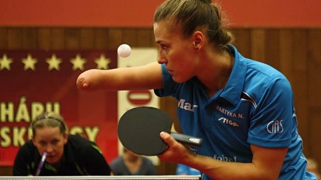 Na jednoznačném triumfu Hodonína se dvěma body podílela i polská reprezentantka Natalia Partykaová. Vítězka letošních paralympijských her v brazilském Riu nedala šanci Veronice Polákové ani Anně Matějovské, obě hráčky hladce vyřídila ve třech setech.