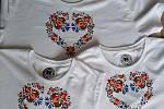 Pánské motýlky, ozdobné pásky, trika i tenisky. Pavel Karlík z Dolních Dunajovic na Břeclavsku je mezi malérečkami raritou. Specializuje se na podlužácké ornamenty a kromě malování krojových částí jimi zdobí i civilní oblečení a doplňky.