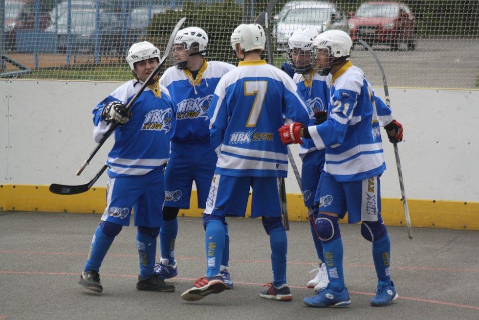 Hodonínští hokejbalisté (v bílých dresech) oplatili Kyjovu podzimní těsnou porážku, když v sobotním derby zvítězili 3:2 po samostatných stříleních.