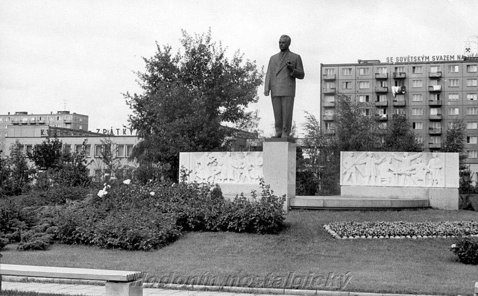 Tisíce lidí si nenechaly v roce 1973 ujít slavnostní odhalení sochy Klementa Gottwalda v Hodoníně. Dvacet let po skonu někdejšího československého prezidenta vznikl jeho hodonínský pomník na tehdejší třídě Pionýrů. K odstranění sochy došlo na začátku deva