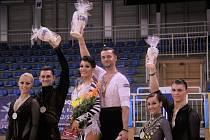 Hodonínští tanečníci Klára Chovančíková s Václavem Masarykem pózují v maďarském v Szegédu na stupních vítězů.