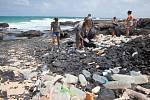 Čištění pláže od odpadků.