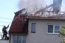 Požár rodinného domu v Ratíškovicích zničil celou střechu.