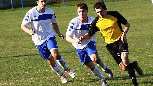 Fotbalisté Kněžduba (ve žluto-černém) zaskočili Blatnici hned v první minutě. Hosté nedokázali na rychlý gól zareagovat a na hřišti rivala prohráli 0:1.