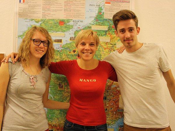 Francouzští lektoři Simon Michel (vpravo) a Cassy Pesnel (vlevo) spolu spedagožkou hodonínského gymnázia Monikou Mikulincovou.