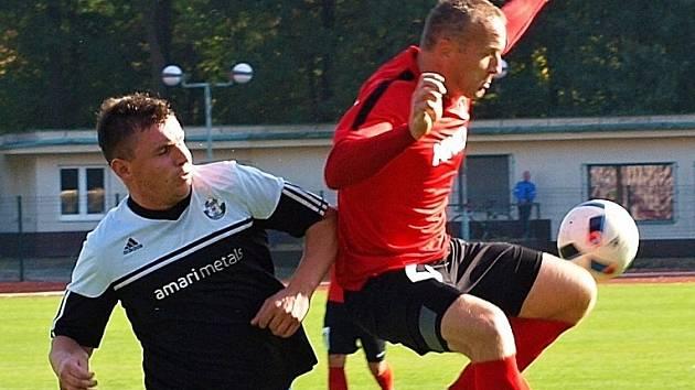 Zkušený slovenský útočník Pavol Masaryk (na snímku vpravo) se ve Slavičíně střelecky neprosadil. Vedoucí Hodonín ve 12. kole divize D remizoval 0:0.