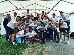 Fotbalisté FC Veselí nad Moravou zvádli závěrečné utkání v Rakvicích a po výhře 5:2 slavili postup do krajského přeboru.