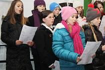 Na pěší zónu v Hodoníně si přišlo zazpívat asi sto padesát lidí. Mezi dětmi vzbudily zájem hlavně perníčky, nejvíce meruňkové a malinové.
