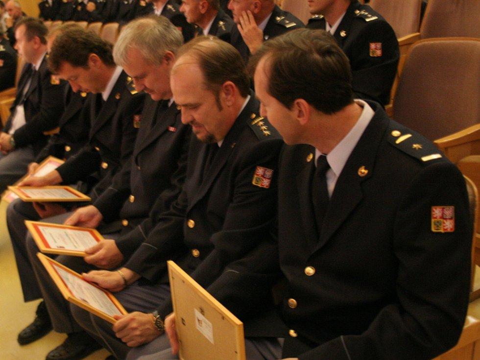 Zástupci profesionálních hasičských sborů Jihomoravského kraje převzali v kyjově děkovné listy hejtmana za květnový zásah při požáru Moravské Sahary u Bzence.