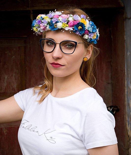 Modré chrpy nebo červené růže. FolklorKa tvoří moderní módu sfolklorními motivy.