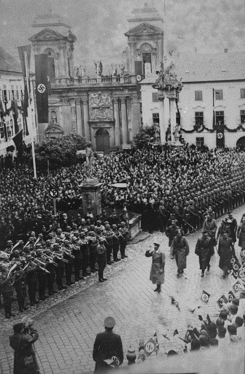 Návštěva Adolfa Hitlera v odstoupeném Mikulově na podzim roku 1938.