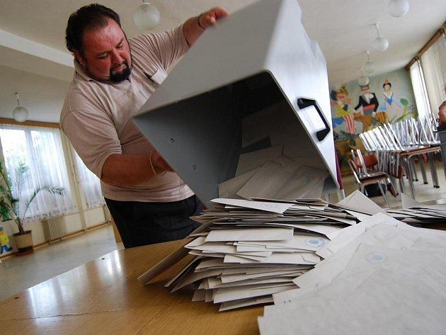 Sčítání volebních hlasů. Ilustrační fotografie.