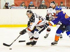 Hodonínští hokejisté (v modrých dresech) otočili středeční derby v Brně na Technice, kde zvítězili 5:4 po prodloužení.
