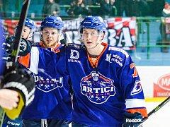 Dvaadvacetiletý hokejista Dominik Matula (na snímku v popředí) se do sestavy Drtičů vrátil po dvou měsících.