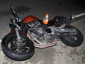Ke srážce osobního auta a motocyklu spěchali ve středu před sedmou hodinou večerní záchranáři do Žádovic.