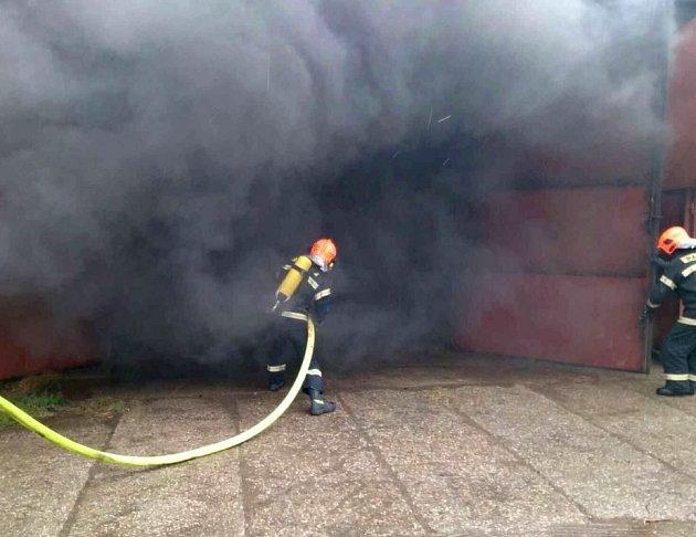 Požár haly v Lipově.