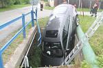 Auto sjelo do potoka.