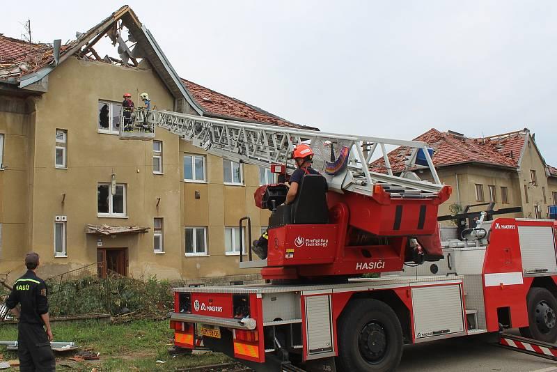 Odstraňování následků tornáda v okolí železniční stanice v Lužicích den po katastrofě.