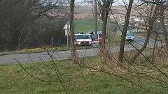 Bezvládné tělo ženy objevili v neděli lidé mezi Těmicemi a Syrovínem na Hodonínsku. Svědci spatřili odpoledne u malého rybníka nedaleko bývalého mlýna zasahující policisty, záchranáře i potápěče.