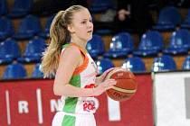 Mladá basketbalistka Petra Holešinská letos nastupuje v nejvyšší ženské soutěži i Eurolize.