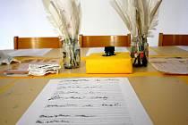 Studentská halenka, ta je tuze tenká. To je výstava v hodonínském Masarykově muzeu, která představuje historii školství v Hodoníně.