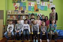 Žáci první třídy Základní školy v Kostelci s třídní učitelkou Janou Kovářovou.