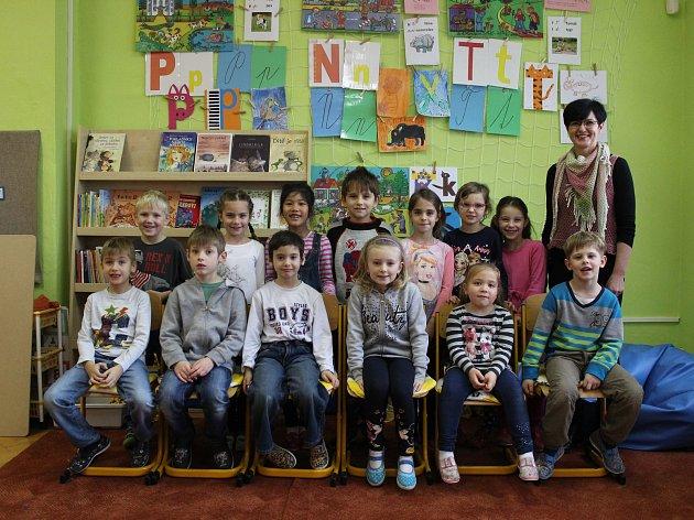 Žáci první třídy Základní školy vKostelci střídní učitelkou Janou Kovářovou.