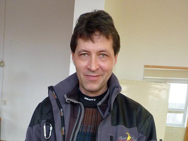 Jaroslav Stöhr má zálibu v RC modelech aut. Před domem si dokonce postavil dráhu.