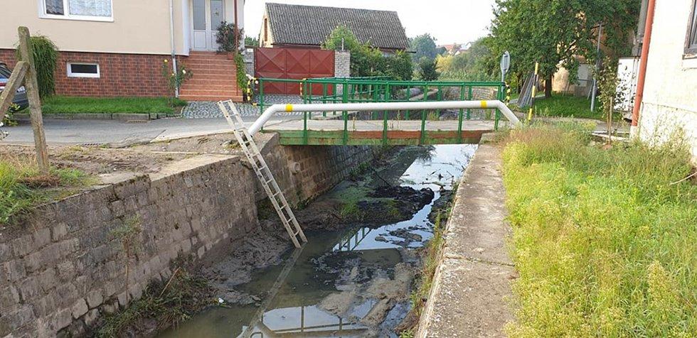 Čistí potok Prušánku.